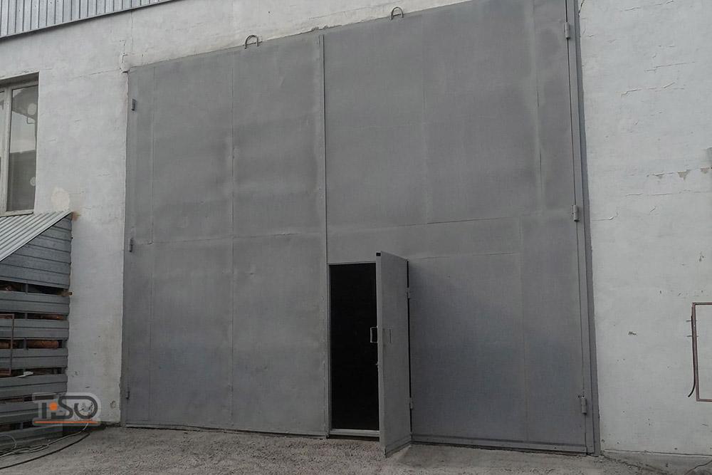 противопожарные ворота распашные с входной дверью